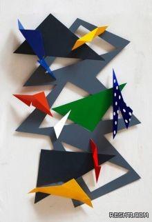 باسل السعدي يشكل المعدن مطويا ليرسمه لوحة