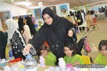 (بالصور).. هدى القطري تدرب اطفال القطيف عى تلوين الاواني الفخارية